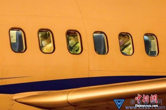 资料图:旅客等待下飞机。 中新社记者 张畅 摄