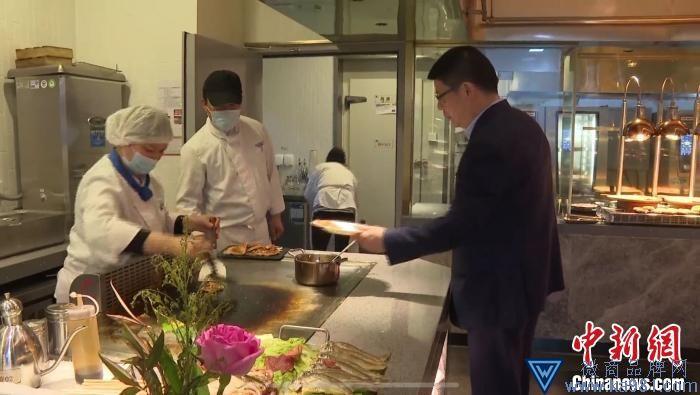 柯桥区委书记带头堂食。 柯桥传媒集团供图 摄