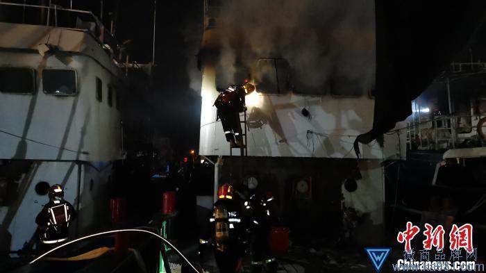 """三亚:渔船深夜险酿""""赤壁之火"""" 消防力量奋力扑救阻止"""