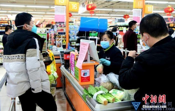 福州永辉超市收银员正在工作中。疫情发生后,这家超市始终保持开门营业。中新社记者 王东明 摄