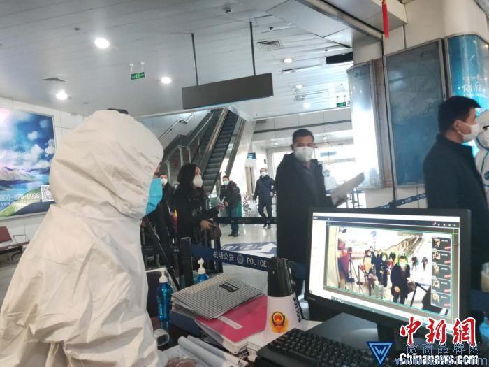图为工作人员对旅客进行红外线测温。 受访单位供图 摄