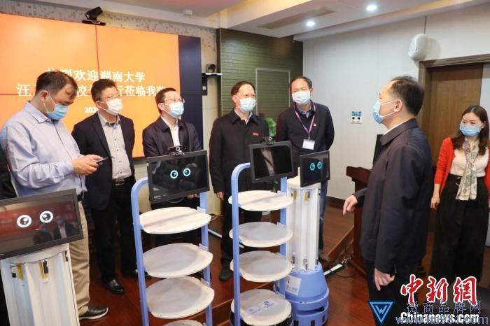 湖南大学历时40余天研制防疫机器人捐赠医院。 蒋鼎邦 摄