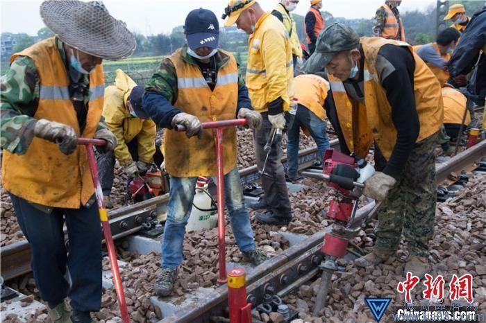 工人对道岔螺栓等连结零件进行安装紧固作业。 陈镓骆 摄