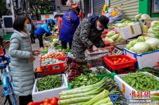 资料图:民众选购蔬菜。中新社记者 张畅 摄