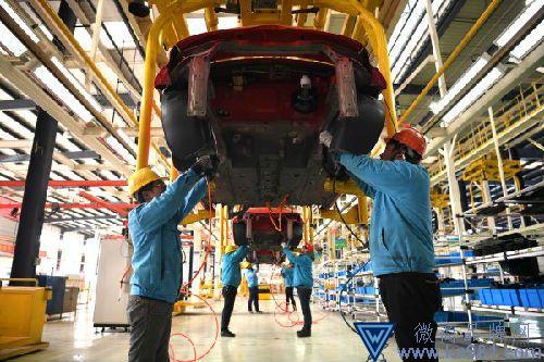 1月26日,工人在位于江苏如皋经济技术开发区的陆地方舟纯电动汽车生产线上作业。(新华社)